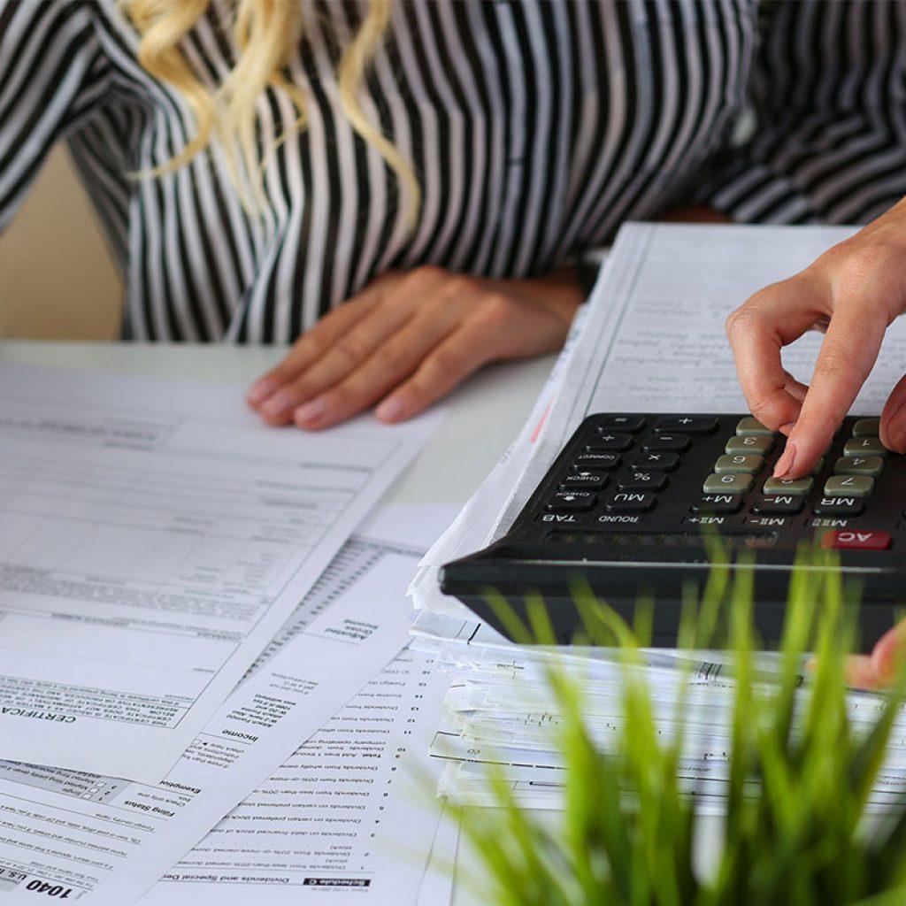 Перерасчет отпускных: при повышении окладов, в связи с больничным во время отпуска, при досрочном отзыве на работу, в случае выплаты премии